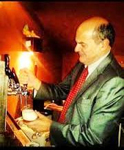 Bersani spilla una birra