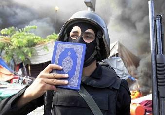 egitto poliziotto con in mano Corano Università del Cairo