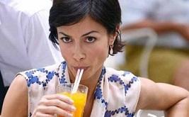 mara-carfagna-beve dalla cannuccia